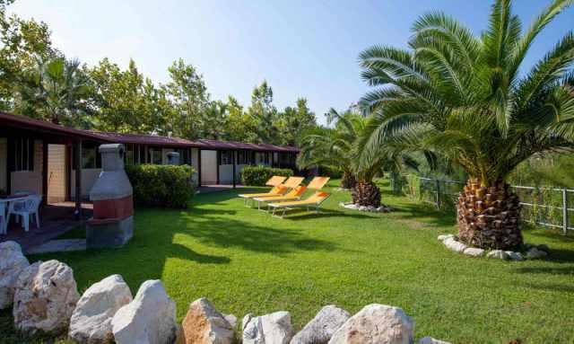 Solarium esterno case mobili del Villaggio Lake Placid in Abruzzo