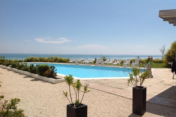 Vista della piscina  del Residence Belvedere a Pineto