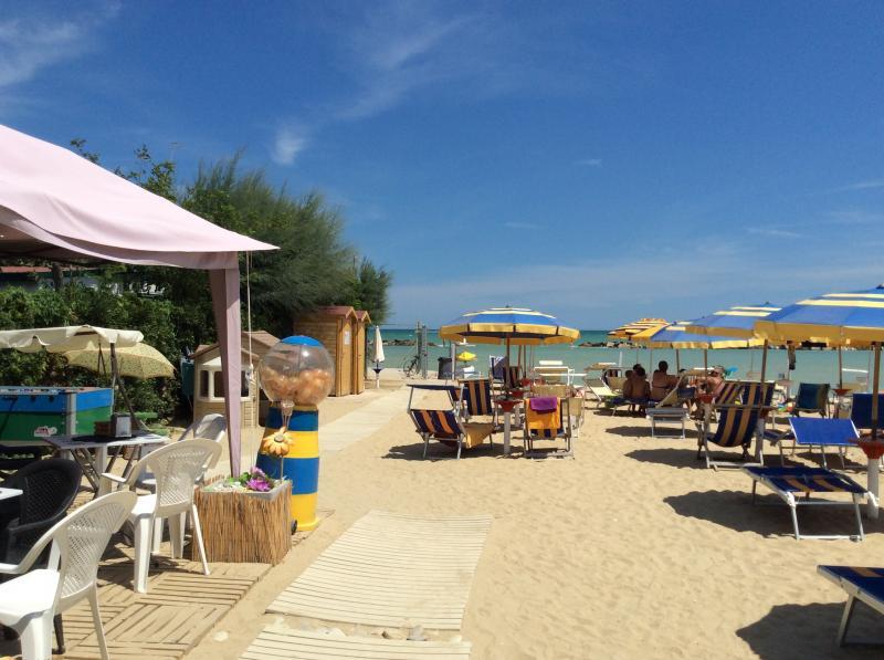 Spiaggia attrezzata con sabbia