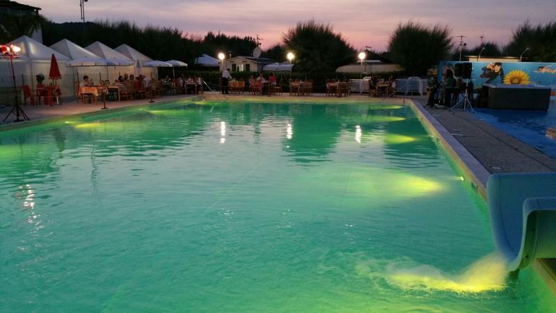 Degustazione di prodotti tipici in piscina al tramonto
