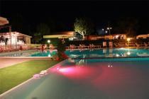Piscina di sera presso Villaggio Camping Verde Luna nelle Marche