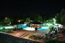 Tahiti Camping & Thermae Bungalow Park - Piscina di sera